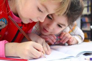Enfants travaillant sur un cahier